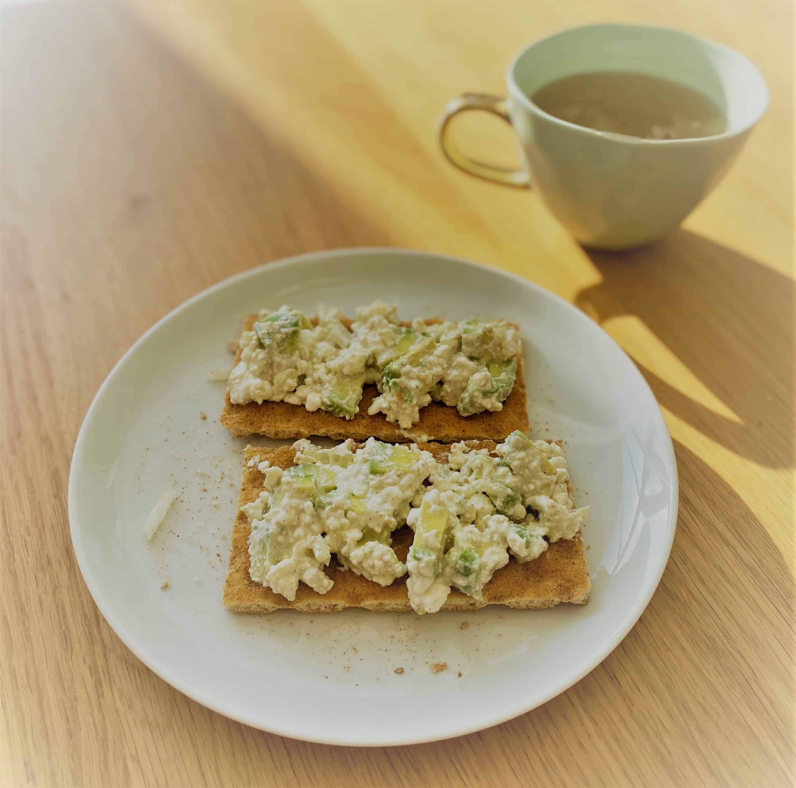 Avocado Huttenkase op cracker